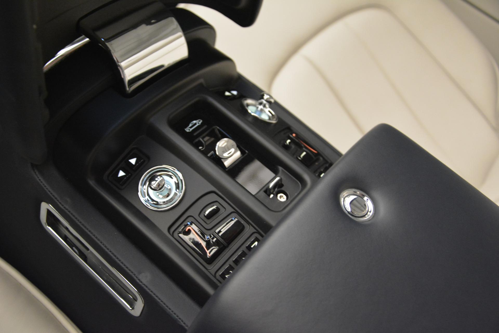 Used 2014 Rolls-Royce Phantom Drophead Coupe  For Sale In Westport, CT 2356_p29